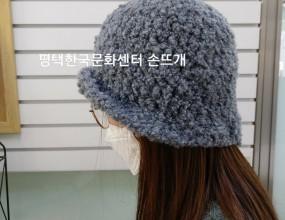 특강 코바늘 모자뜨기~~^^짧은시간에 간단하면서도 예쁘게 뜰 수 있는 모자 입니다.(핑크/ 베이지/ 그레이~컬러선택 가능합니다)손뜨개코바늘/ 대바늘뜨기매주 수요일일대일 수업 입니다.